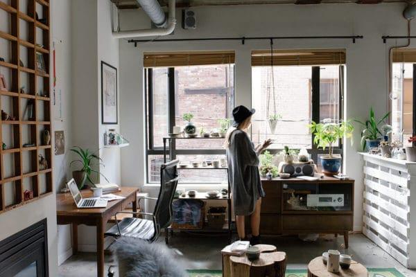 femme debout dans appartement