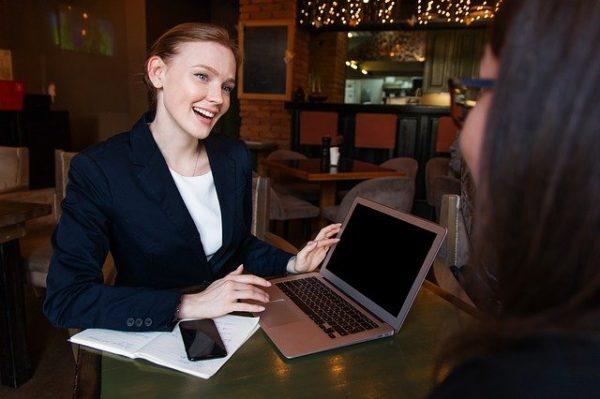 conseillère souriante avec ordinateur