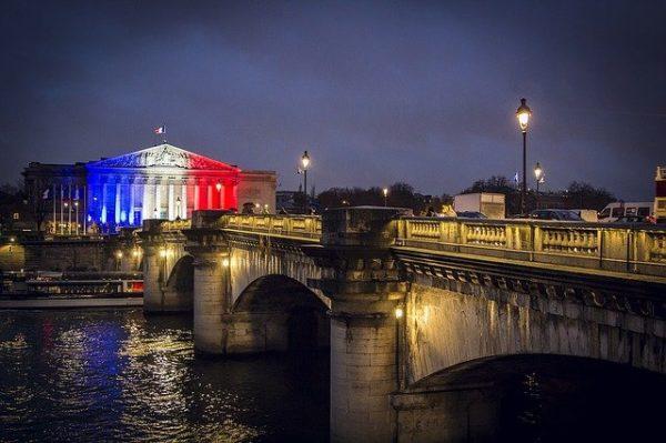 bâtiment Assemblée nationale avec drapeau Francais lumière